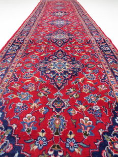 Wonderfully beautiful Persian carpet Kashan/Iran 410 x 100cm, end of the 20th century. Great condition XXL runner