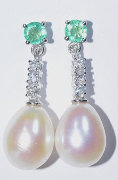 Earrings with diamonds, emeralds, and droplet-shaped freshwater pearls - ***No reserve price***