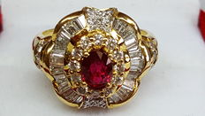 Exclusive ring made of 18 kt yellow gold, set with diamonds and ruby
