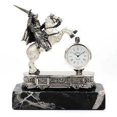 Figure of medieval knight mounted on horseback representing the Apostle Santiago, with clock of the brand Alberty, manufactured in sterling silver on a marble pedestal - from the Middle Ages.