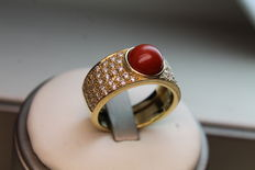 Ring with cabochon-cut coral and diamonds – 1.10 ct