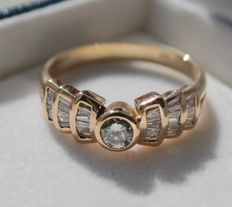 Yellow gold diamond ring with 0.20 ct VS2/G and baguette cut diamonds, 1.50 ct
