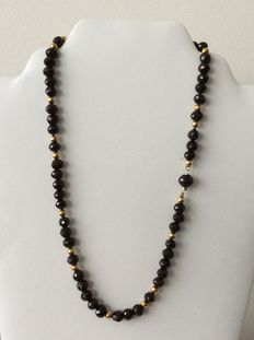 Women's necklace with 14 kt gold and garnet.
