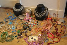 Lot of jewelry, more than 110 items