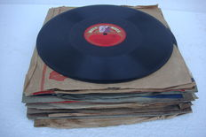 "Lot with 25 English 78 rpm records, Cole Porter, Dutch Swing, Al Jolson, Errol Garner, Les Paul, Chris Barber's, Bing Crosby, The Four Aces, Vera Lynn, ""Fats"" Waller, Rosemary Clooney and Marlene Dietrich, Duke Ellington, Doris Day with Harry James,"
