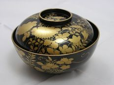 Excellent lacquer chawan (lidded bowl) with flowers and butterflies – Japan – Late 19th century