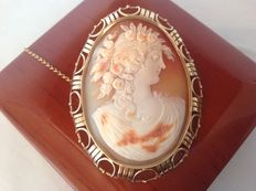 Old yellow gold 14 kt cameo brooch with wide decorative edge, image of Flora