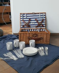 Picnic basket for vintage or classic car - 4 persons - wicker - 45 x 30 x 20 cm