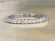 18 kt white gold eternity ring with approx. 0.80 ct of brilliant cut diamonds: ring size: 17.25-17.50 mm