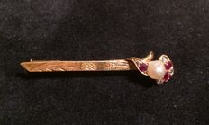 18 kt gold brooch with rubies, diamonds and a pearl
