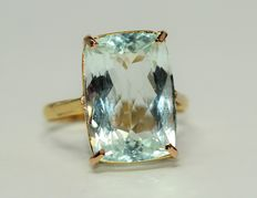 Gold ring of 18 kt, set with aquamarine of 10 ct. No reserve