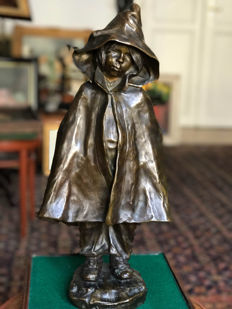 Elisa Beetz-Charpentier (1875 -1949) - patinated bronze of a young girl in a hooded rain cape - France - dated 1903