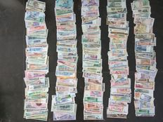 World - Collection of approx. 500 banknotes from around the world 500A