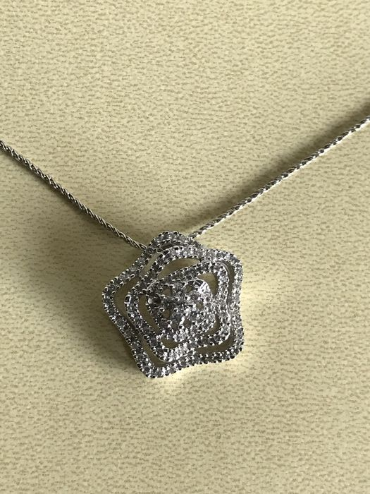 18 kt gold necklace with pendant set with diamonds totalling 1.03 ct. Size: approx. 47 cm - the pendant measures approx. 1.8 cm.