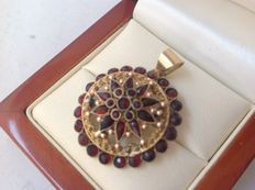 14 kt Yellow gold pendant with garnets