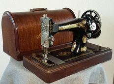 Very nice, decorative 28 k Singer sewing machine with original hood, Clydebank Scotland, 1914