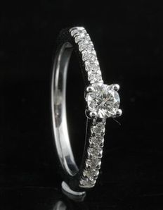 18KT white gold engagement ring with 0.50ct total weight diamonds. 0.25ct round brilliant centre stone and 0.25ct shoulder stones. Size 54/N (free resizing in Antwerp)