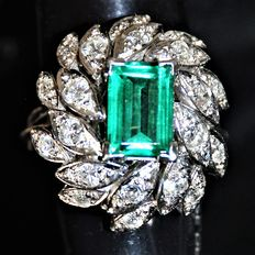 Ring in 18 kt white gold, diamonds and emerald