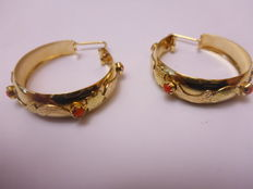 18 kt gold earrings with red stones - 7.9 g
