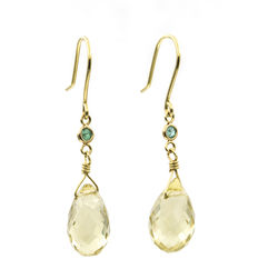 Earrings in yellow gold with lemon quartz and round cut emerald.