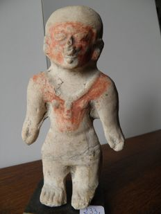Pre-Colombian statue representing a standing figure in grey terracotta - 180 cm high