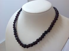 Descending 42 cm garnet necklace with a 14 kt yellow gold clasp with an extra safety clasp.