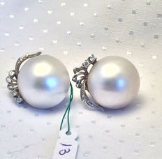Earrings with Australian pearls measuring 19-19 1/2 mm and white gold with 0.30 ct diamonds.