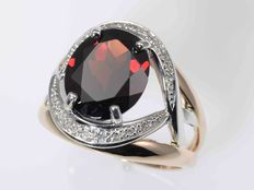 Gold: 14 kt. Ring. Garnet. Diamonds: 0.1 ct. Cut: 55 (diameter: 17.5 mm).