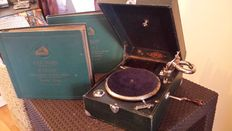 Old gramophone / portable phonograph - PATHÉ DELOVOX with 2 ''La voix de son maitre'' albums in 5 acts of GOUNOD FAUST