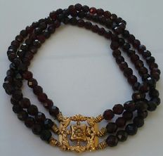 3-row garnet necklace with14-karat yellow gold clasp