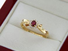 18 kt yellow gold. Ring. Rubies and diamonds.
