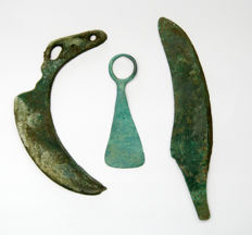 Collection of bronze amulet 90 mm - socketed axe head 130 mm - knife 165 mm (3)