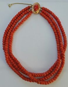Necklace with three strands of precious coral beads and a 14 kt gold clasp