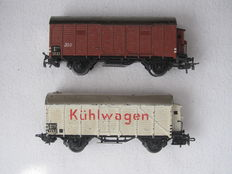 Märklin H0 - 320 and 324 - Closed goods wagon and one Chiller wagon