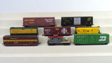 Lima/Roundhouse/Tyco/Athearn H0 - 1766/3124/3200/5013/1823/2096 - 8 piece set with Closed freight- / Cattle carriages and 2 Caboose of different American Railroads