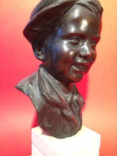 Beautiful bronze sculpture of a boy - signed V.C - early 20th century