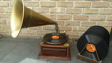 Gramophone + 20 Bakelite records and box of needles