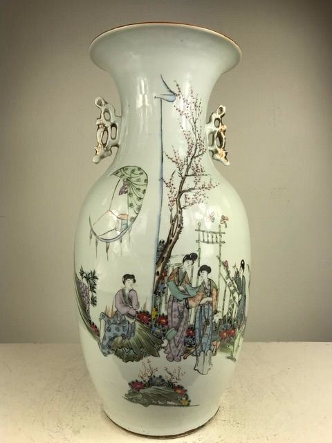 Finely painted baluster vase - China - Republic period (1912 - 1949)