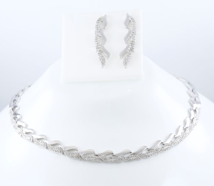 IGI Certified 14K /585 Set of white gold necklace with earrings with diamonds in leaf design
