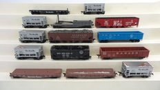 Roundhouse/Athearn H0 - 3707/401/1324/1494/3017 - 14 piece set with open-/ flat freight carriages building kit of different American Railroads