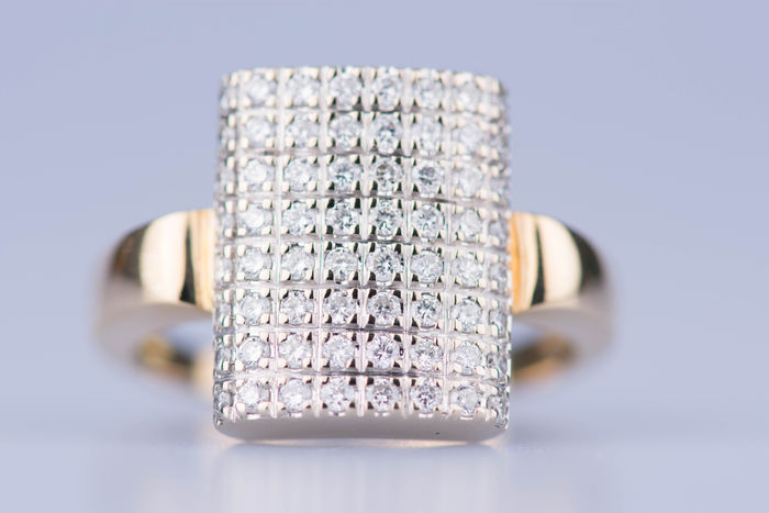 18 kt yellow gold ring, 64  diamonds for 1.28 ct