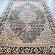 Beautiful Tabriz Mahi Persian carpet with silk – 295 x 200 – very good condition – with certificate