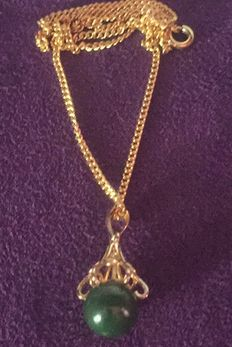 Very pretty yellow gold-plated chain with aventurine bead. Length: 45 cm.