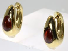 18k Yellow gold garnet earrings, dimensions: length ca. 2,0 cm