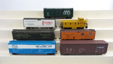 Central Valley/Roundhouse/Athearn H0 - 1808/5273/1223/5346/1605/1214 - 8 piece set with 7 closed freight carriages of which 1 building kit and 1 Caboose of different American Railroads