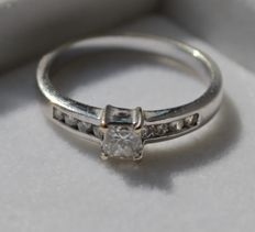18 kt white gold solitaire ring inlaid with princess cut and diamonds cut diamond, 0.28 ct - 15.75/16