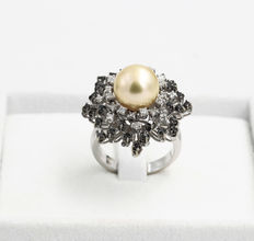 Ring with white diamonds (0.34 ct), black diamonds (0.48 ct) and gold-coloured freshwater pearl – hand-finished – size 13.5, can be resizing upon request