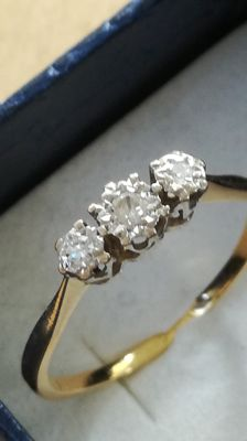 18 kt gold trilogy ring with brilliant cut diamonds  - Size 18
