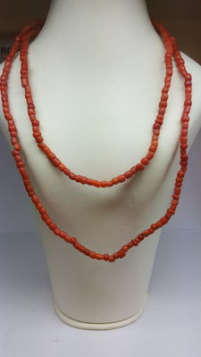 Red coral necklace with 14 karat gold clasp/necklace length approx. 84 cm.