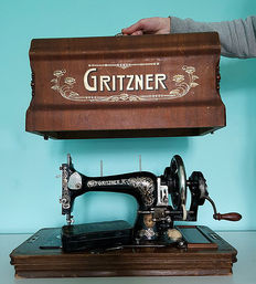 Antique Gritzner sewing machine with beautiful wooden case and additional key - Working - ca. 1900.